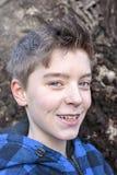 Portrait d'un adolescent de sourire images stock