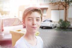 Portrait d'un adolescent de sourire photographie stock libre de droits