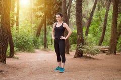Portrait d'un athlète Running On Forest Trail photos stock