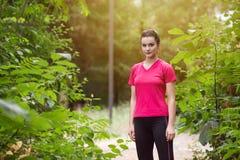 Portrait d'un athlète Running On Forest Trail photographie stock libre de droits