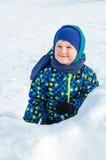 Portrait d'un bébé à l'heure du jeu avec la neige Images libres de droits