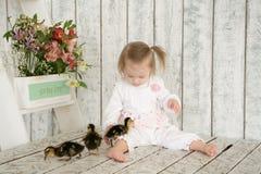 Portrait d'un bébé avec la trisomie 21 avec des canetons Photographie stock