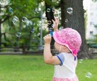 Portrait d'un bébé et des bulles de savon photo stock