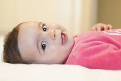 Portrait d'un bébé garçon adorable souriant avec les joues mignonnes Image stock