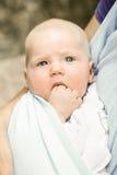 Portrait d'un bébé garçon aux yeux bleus unique en douleur de dentition Photographie stock libre de droits