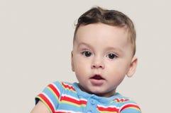 Portrait d'un bébé garçon curieux mignon s'asseyant Photo stock