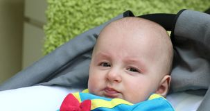 Portrait d'un bébé garçon mignon utilisant le costume drôle banque de vidéos