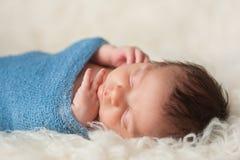Portrait d'un bébé garçon nouveau-né de sommeil Image stock