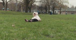 Portrait d'un bébé mignon étant idiot dans un costume de chien clips vidéos