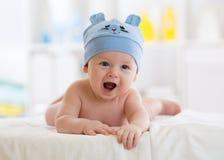 Portrait d'un bébé mignon de 3 mois se couchant sur une couverture Images stock