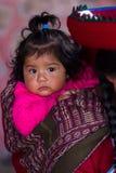Portrait d'un bébé péruvien indigène curieux Image libre de droits