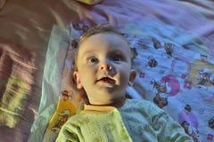Portrait d'un beau bébé nouveau-né aux yeux grands blanc Photos stock