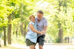 Portrait d'un beau couple supérieur heureux dans la danse d'amour en parc Photos libres de droits