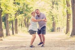 Portrait d'un beau couple supérieur heureux dans la danse d'amour en parc Photo stock