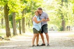 Portrait d'un beau couple supérieur heureux dans la danse d'amour en parc Photo libre de droits