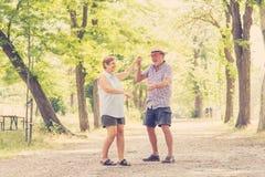 Portrait d'un beau couple supérieur heureux dans la danse d'amour en parc Photographie stock libre de droits