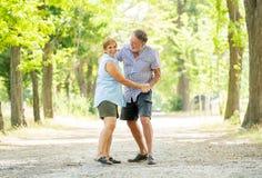 Portrait d'un beau couple supérieur heureux dans la danse d'amour en parc Image libre de droits