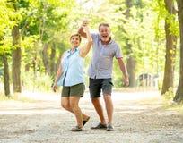 Portrait d'un beau couple supérieur heureux dans la danse d'amour en parc Photos stock