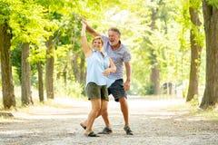 Portrait d'un beau couple supérieur heureux dans la danse d'amour en parc image stock