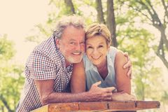 Portrait d'un beau couple supérieur heureux dans la danse d'amour en parc Photographie stock