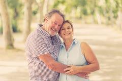 Portrait d'un beau couple supérieur heureux dans la danse d'amour en parc Images stock