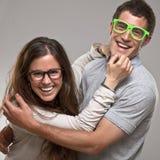 Portrait d'un beau jeune ajouter de sourire heureux aux verres photos libres de droits