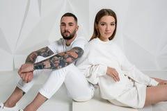 Portrait d'un beau jeune couple dans l'amour posant au studio au-dessus du fond blanc Image libre de droits