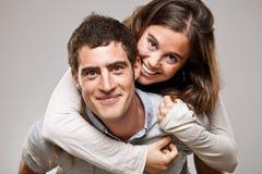 Portrait d'un beau jeune couple de sourire heureux photo libre de droits