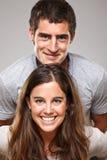 Portrait d'un beau jeune couple de sourire heureux photos libres de droits