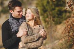 Portrait d'un beau jeune couple sur un fond du paysage de montagne image libre de droits