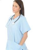 Portrait d'un beau jeune docteur féminin sérieux professionnel Looking Concerned Photos libres de droits
