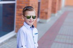 Portrait d'un beau jeune garçon dehors Photos libres de droits