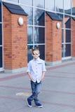 Portrait d'un beau jeune garçon dehors Photo stock