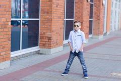 Portrait d'un beau jeune garçon dehors Photo libre de droits