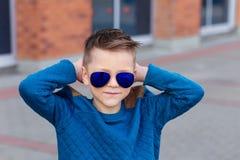 Portrait d'un beau jeune garçon dehors Images stock