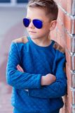 Portrait d'un beau jeune garçon dehors Image stock