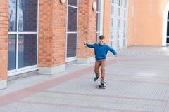 Portrait d'un beau jeune garçon dehors Image libre de droits