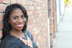 Portrait d'un beau jeune sourire africain naturel de femme photos libres de droits