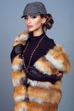 Portrait d'un beau modèle fascinant dans la veste de renard images stock