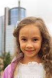 Portrait d'un beau plan rapproché de petite fille Image stock