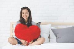 Portrait d'un beau repos de sourire heureux de fille sur le lit photos libres de droits