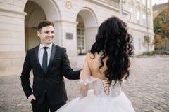 Portrait d'un beau voyageur romantique de couples marchant dans Photo libre de droits