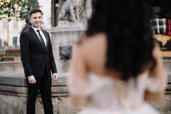 Portrait d'un beau voyageur romantique de couples marchant dans Photos libres de droits