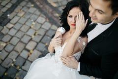 Portrait d'un beau voyageur romantique de couples marchant dans Photos stock
