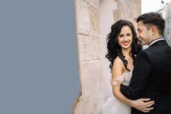 Portrait d'un beau voyageur romantique de couples marchant dans Image libre de droits