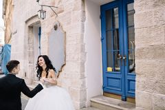 Portrait d'un beau voyageur romantique de couples marchant dans Photo stock