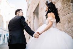 Portrait d'un beau voyageur romantique de couples marchant dans Photographie stock