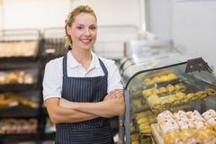 Portrait d'un boulanger blond de sourire avec le bras croisé Images libres de droits