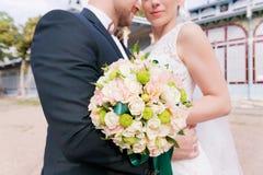 Portrait d'un bouquet de mariage sur les beaux couples du fond A des nouveaux mariés photographie stock
