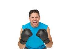 Portrait d'un boxeur masculin déterminé criant Photographie stock